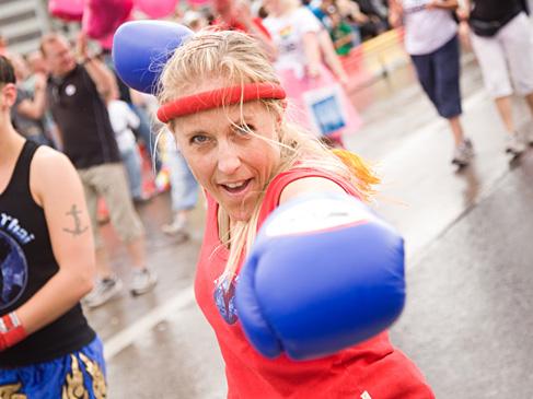 Pernilla sommartränar i Stockholm Pride Parade