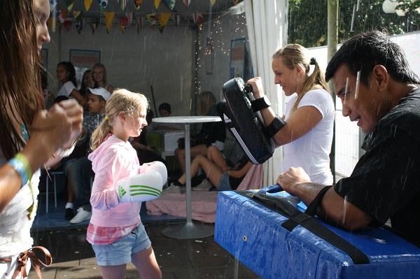 Karim och Pernilla instruerar på Ung08 i Kungsträdgården
